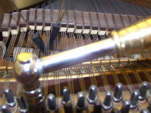 800px-Piano_Tuning_Hammer_and_Mutes